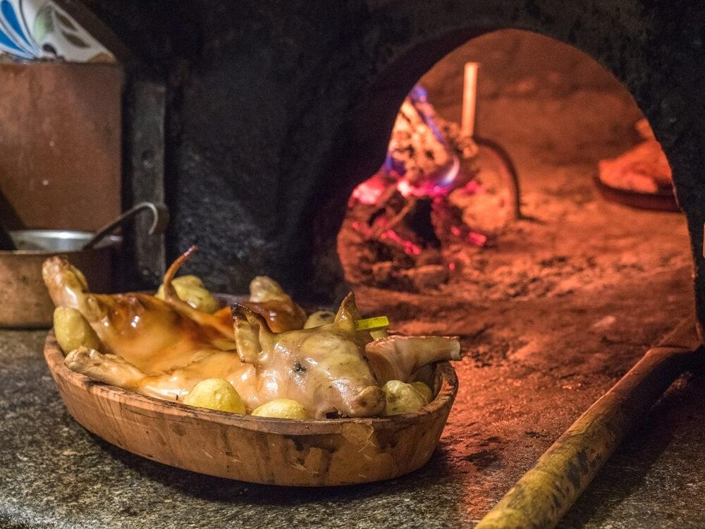 gastronomia-castilla-leon-mesa-habla-cochinillo