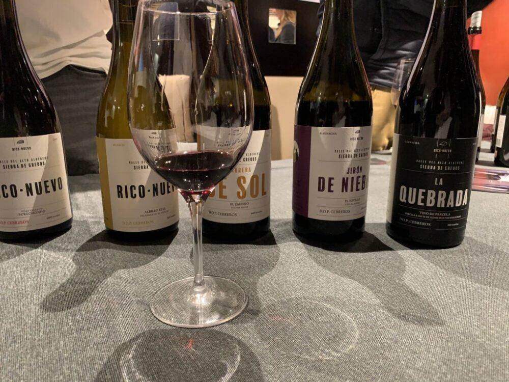 mesa-habla-pequenas-dos-rico-nuevo-vinos