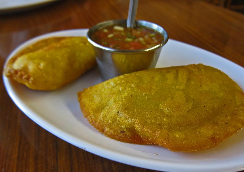 empanadillas-colombianas-mesa-habla