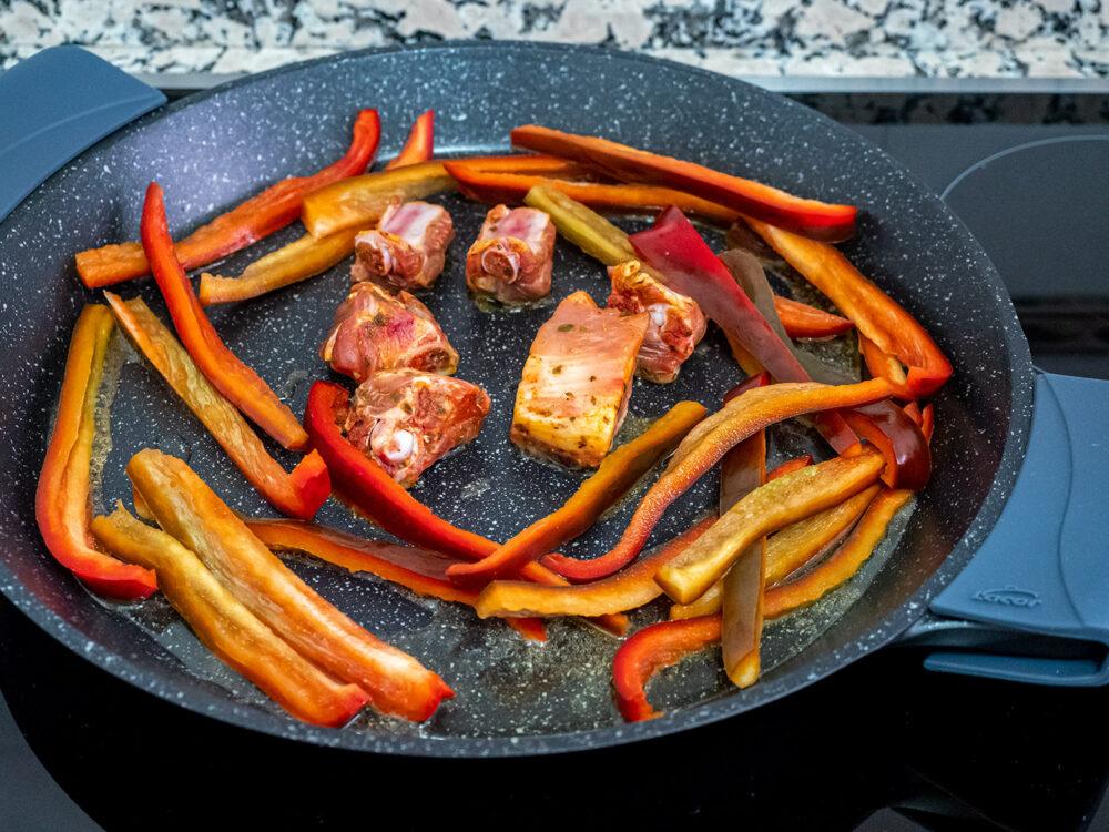 receta-paella-arroz-costillas-mesa-habla