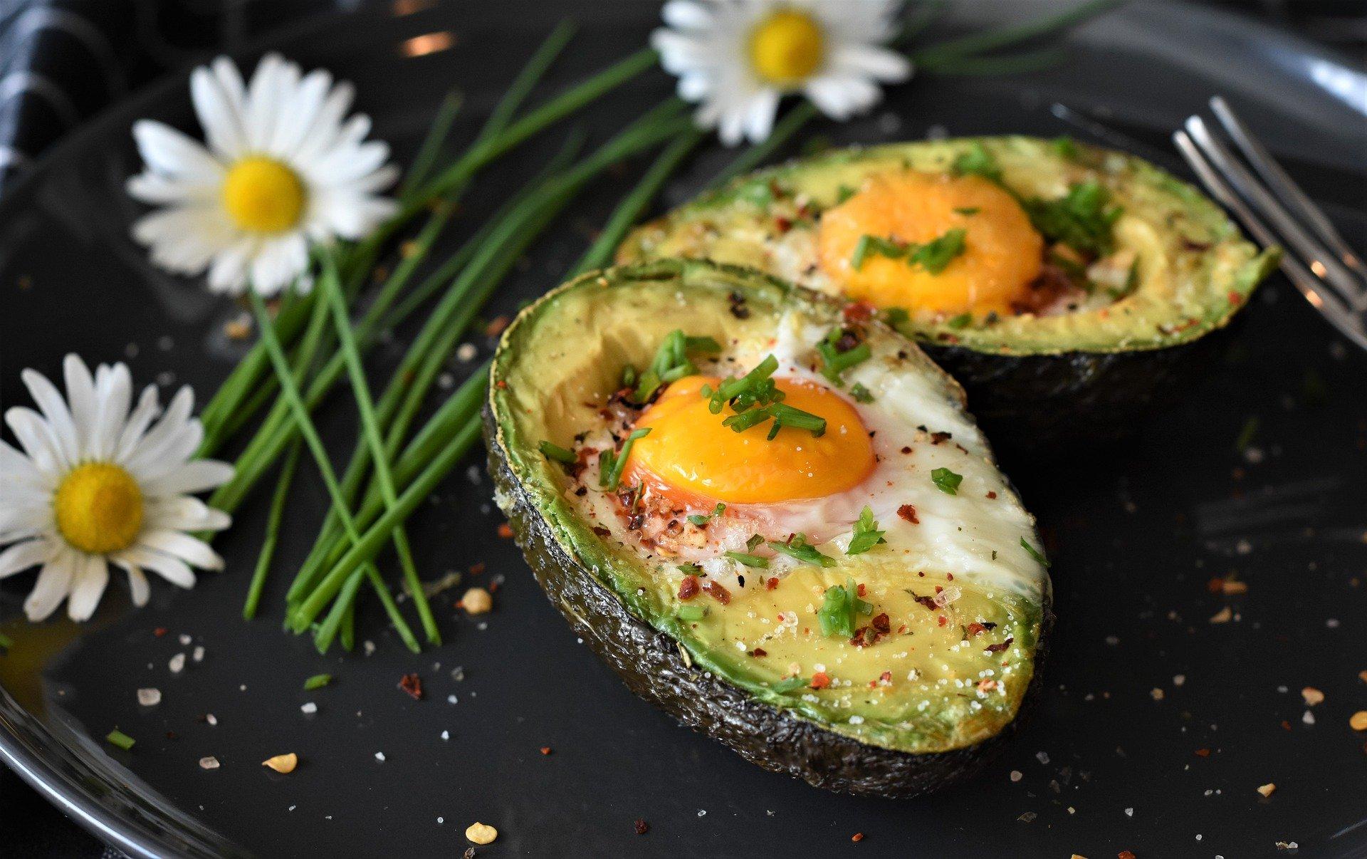 mesa-habla-aguacate-huevos