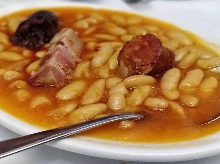 mesa-habla-fabada-asturiana