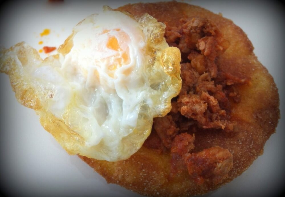 mesa-habla-tortos-maiz-adobo-huevo