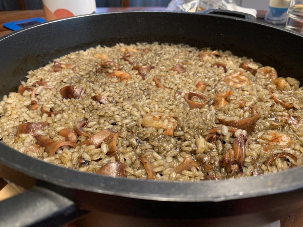 mesa-habla-arroz-calamares-gambas-albarino