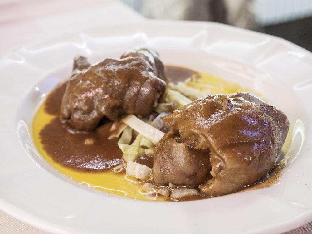 mesa-habla-casqueria-manitas-cerdo-rellenas-foie