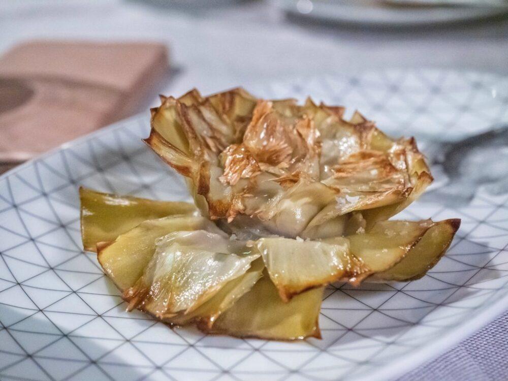 mesa-habla-sabores-primarios-gusto-alcachofas-pez-fuego