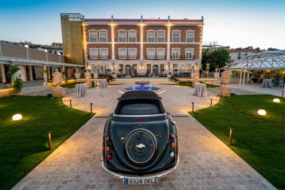 mesa-habla-hotel-palacete-ochava-entrada-jardin