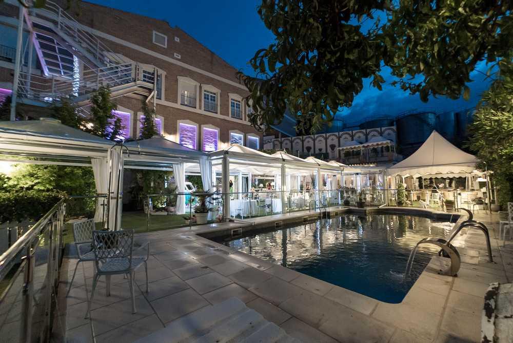 mesa-habla-hotel-palacete-ochava-vistas-piscina