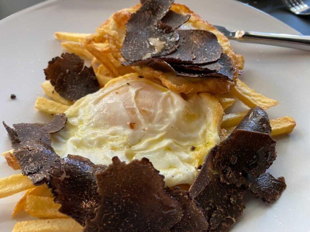 mesa-habla-huevos-fritos-patatas-trufa-restaurante-narru